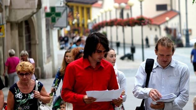 Na tři tisíce respondentů podpořilo svým podpisem návrh na vyvolání referenda. Aktivisté podpisové archy předali na radnici v úterý 29. 7. 2014.