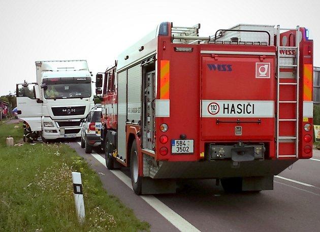 Dopravu na hlavním tahu ze Znojma do Jihlavy v pátek zkomplikovala havárie, při které si prorazil palivovou nádrž kamion v zahrádkářské kolonii na okraji města.