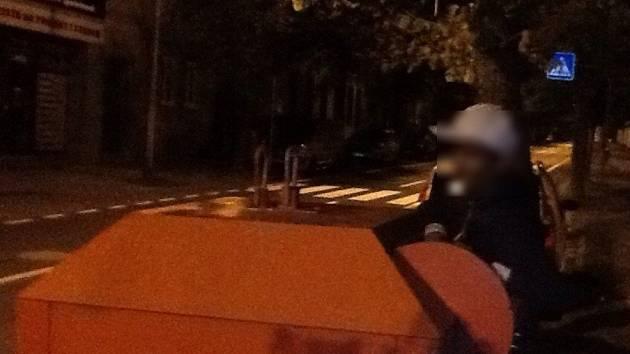 Mladík chtěl vybírat eektroodpad z kontejneru. Uvázl a ven mu pomáhali strážníci.