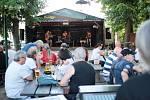 Na znojemské pivní zahradce na Statku vystoupily poslední červnovou sobotu kapely Nonstop a Led Zeppelin Revival Brno.