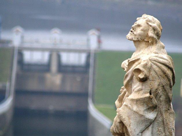 Pozdně barokní kalvárie, která stála před kostelem sv. Alžběty na Vídeňské ulici našla své nové místo. V pátek ji odborníci umístnili do Karolininých sadů nad znojemskou přehradou.