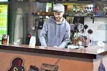 Daniel Maceček ve svém živlu, jako hospodský v hokejové putyce.