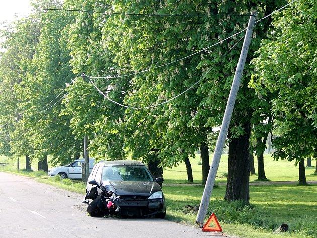 Na okraji Slupi u hřbitova havaroval v sobotu ráno tmavý Ford Focus. Přerazil dřevěný sloup telefonního vedení.