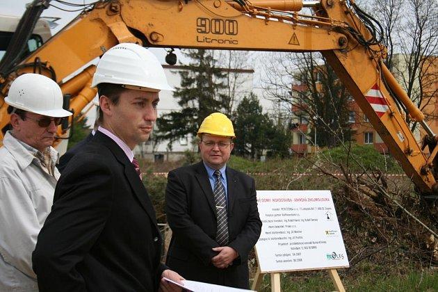 Petr Štěrba (vlevo) zahajuje stavbu domů.