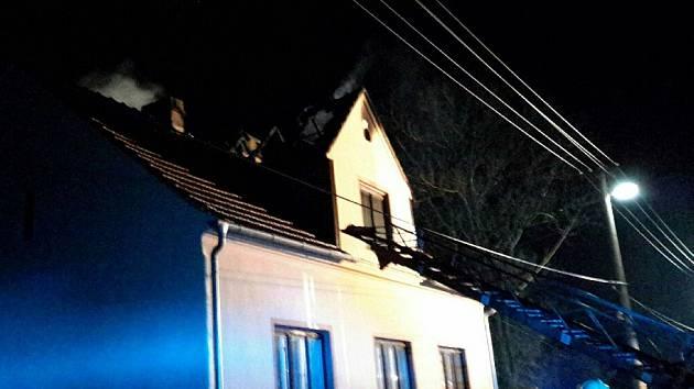 Při požáru v Šumné zemřela starší žena. Muže transportovali do nemocnice vrtulníkem.