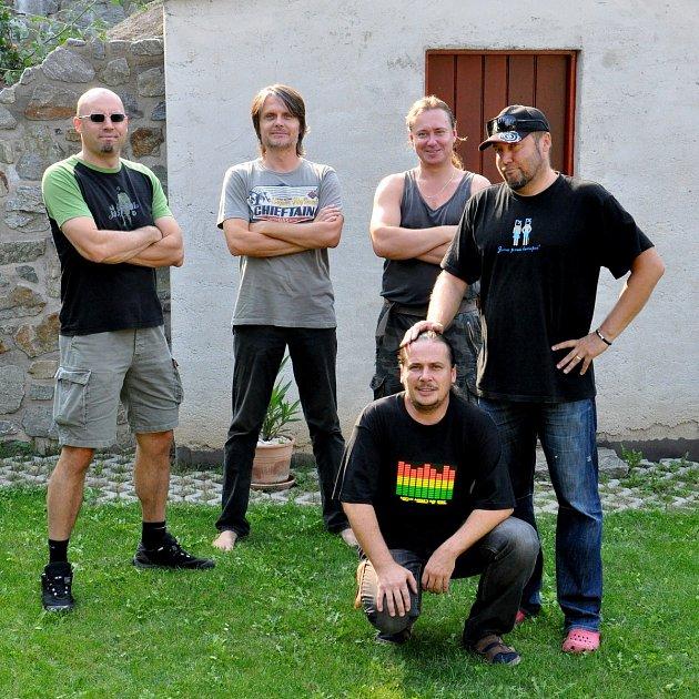DD vprvních letech muzicírování. Zleva nahoře Dave Datura, Al Stramonium, Rommy Jimson, Boan Jettix, vpodřepu Angel Hash.