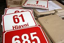 Lidé si dnes mohou vyzvednout cedule s novými názvy ulic v Příměticích.