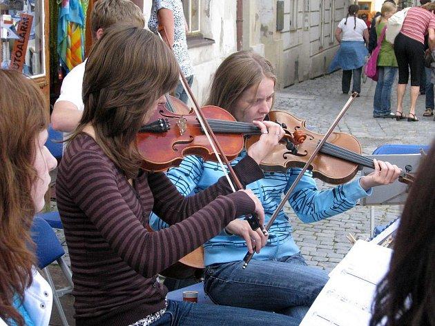 Festival odstartovala hudba v ulicích.
