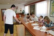 Sto šestasedmdesát z téměř čtyř stovek voličů přišlo v sobotu hlasovat v místním referendu ve Chvalovicích. Odevzdali sto sedmdesát platných hlasů. Silná většina, sto sedm z nich souhlasila s tím, že obec má na svém katastru větrné elektrárny zakázat.