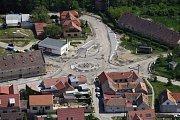 Pohled na budování hradišťské kruhové křižovatky z výšky.