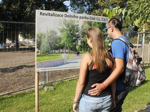 Těsně před Znojemským historickým vinobraním finišují práce na revitalizaci Dolního parku ve Znojmě. Nové stromy zde budou sázet ovšem až po oslavách vína, v sobotu 24. září.