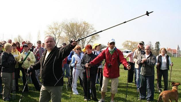 Desítky vyznavačů nordic walkingu vyrazily v sobotu do Podyjí.