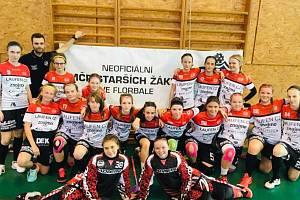 Starší žačky florbalového oddílu Laufenu sbíraly v polovině června zkušenosti na neoficiálním mistrovství v Praze.