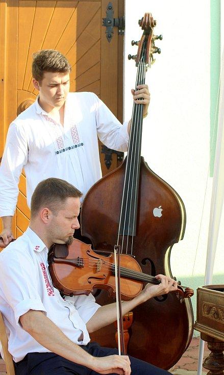 Cimbálová muzika hrála lidem v Novém Šaldorfě-Sedlešovicích.