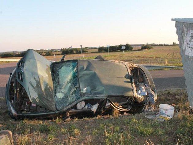 Jeden zraněný a škoda čtvrt milionu korun. Taková je bilance srážky dvou aut, která se stala v pondělí večer u Tavíkovic.