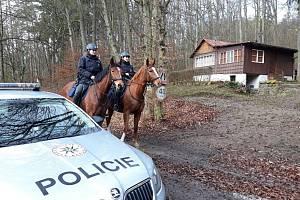 Policisté kontrolovali u Vranovské přehrady chaty.