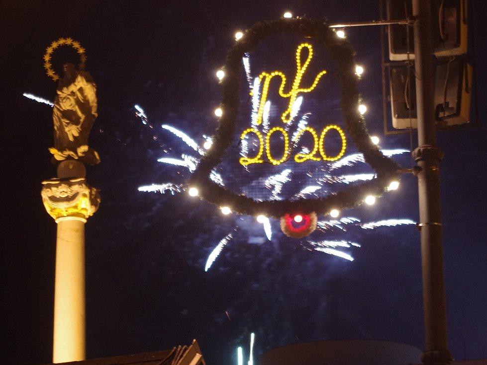 Ve Znojmě připravili hudební vystoupení i ohňostroj. Poslední noc roku pak v centru města patřila soukromým a spontánním oslavám.