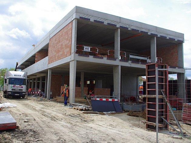 Hrubá stavba nového sídla znojemských záchranářů už stojí.