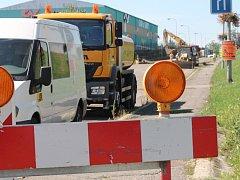 Až do čtyřiadvacátého srpna je pro veškerý provoz uzavřena část ulice Družstevní.