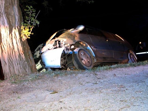 Osobní auto narazilo v levotočivé zatáčce v Dyjákovicích do stromu. Řidič náraz nepřežil.