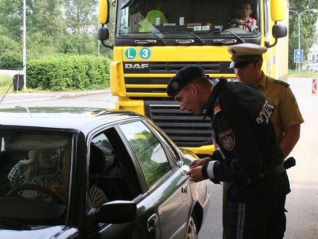 V prostoru bývalé rakouské celnice kontrolují rakouští policisté všechna projíždějící auta. Opatření zavedla rakouská strana v souvislosti s blížícím se fotbalovým šampionátem EURO 2008