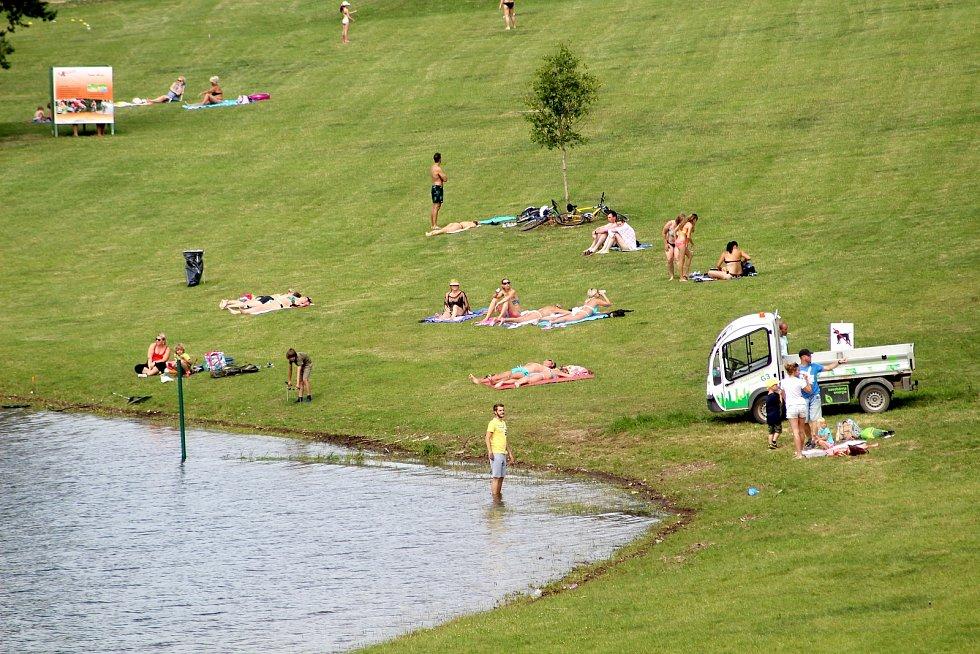 Z pláže vranovské přehrady zmizel plot, který léta znemožňoval zákonnou podmínku volného přístupu k vodě. Zůstala po něm jen zelená tyčka ve vodě.