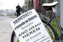 Organizátoři akce proti hazardu zvou k místnímu referendu ve Znojmě také prostřednictvím plakátů na starých bicyklech, které umístili na různá místa ve městě.
