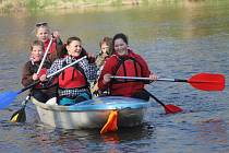 Na dvě stě padesát vodáků zahájilo v sobotu sezonu. Odemykání Dyje již má svou dlouholetou tradici a milovníky vodáckého sportu neodradilo ani chladné počasí.