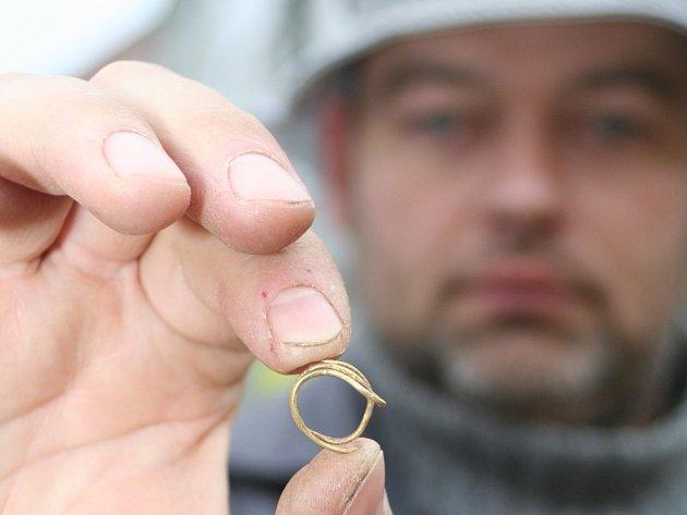 Archeologové našli v Braníšovicích unikátní zlatou náušnici