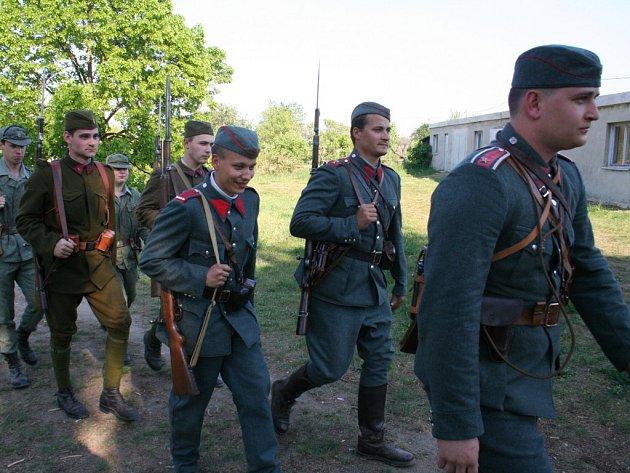 Vojenský přesun v historických uniformách