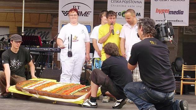 Rekordní topinka Pavla Kubíčka je dlouhá sto sedmapadesát centimetrů, sedmapadesát centimetrů široká a šest centimetrů silná.