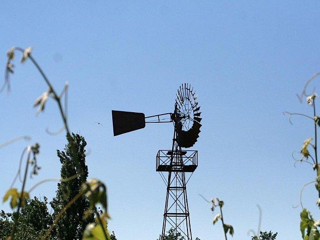 VĚTŘÁK. Vedrovičtí chtějí v obci opět vztyčit takzvaný větřák, který tu na počátku minulého století čerpal z podzemí vodu. Původní stroj je už nyní k vidění v muzeu, které ve vsi vzniklo v roce 2010.