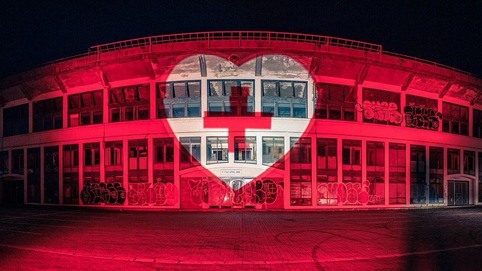Iniciativa Světlem proti viru nasvítila i stadion za Lužánkami.