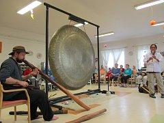 Zvuk největšího symfonického gongu světa si poslechli klienti s Alzheimerovou chorobou v šanovském domově.