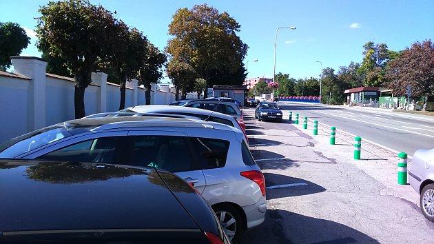 Znojmo už roky trápí nedostatek parkovacích míst ucentrálního hřbitova.