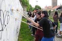 Studenti a strážnící čistí znojemské městské hradby