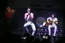 Kapela Queniee při koncertu.