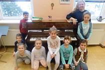 Žáci první třídy Základní školy Skalice s třídní učitelkou Marií Kotasovou.