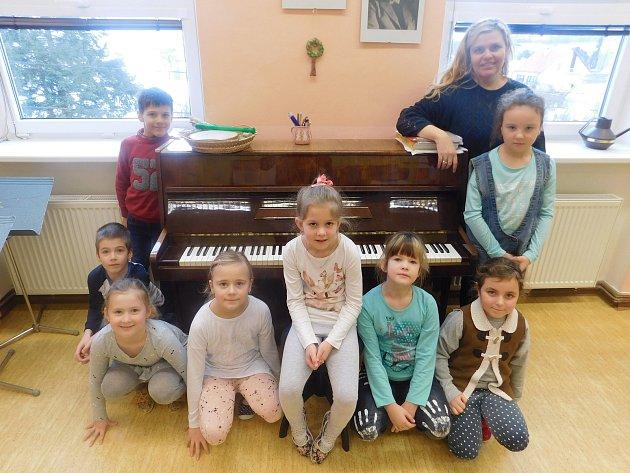 Žáci první třídy Základní školy Skalice střídní učitelkou Marií Kotasovou.