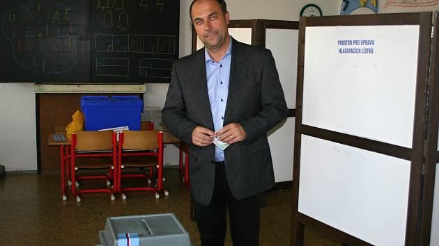 Jedním z prvních, kdo volili v pátek odpoledne na základní škole v ulici Mládeže, byl lídr znojemských lidovců Pavel Jajner s manželkou.