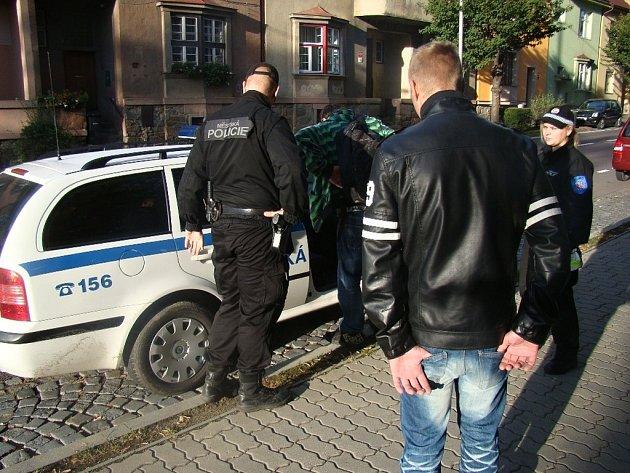 Mladíci kouřili marihuanu před školou v Přímětické ulici ve Znojmě.
