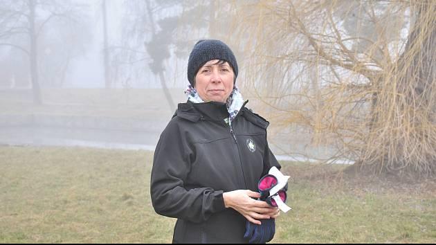 V pracovním místo kostýmku. Starostka Suchohrdel u Miroslavi Barbora Arndt neváhá vzít do rukou zahradnické nůžky. Z kanceláře míří rovnou do sadu.