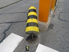 Opilá řidička netrefila vjezd, vyvrátila betonový kužel před vstupní bránou parkoviště. Potom strhla volant vpravo, najela na chodník a narazila do kovového zábradlí. Poté ještě zaparkovala.