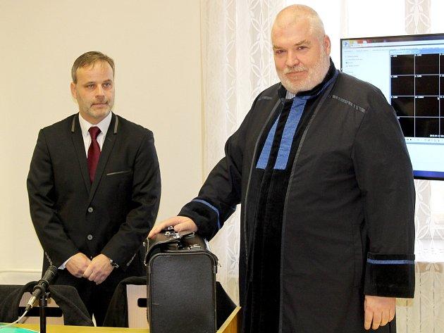 Policista Petr Pokorný odcházel ve čtvrtek před polednem od Okresního soudu ve Znojmě jako nevinný.