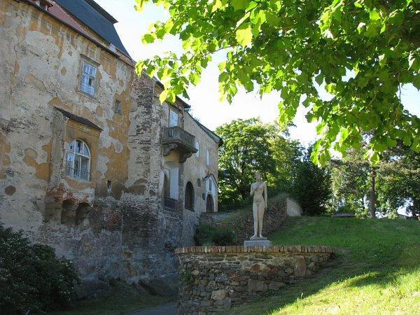 Chátrající zámek vMiroslavi.