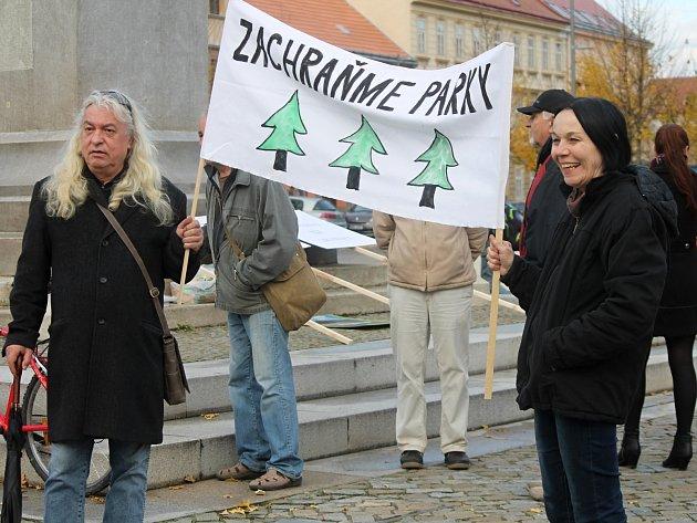 Stovka lidí přišla v pondělí demonstrovat proti plánovanému kácení ve znojemském Dolním parku. Kromě transparentů dali účastníci najevo své názory píšťalkami.