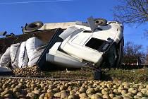 Lehkým zraněním řidiče kamionu skončila ve čtvrtek odpoledne havárie u Křidlůvek. Převrácený náklaďák skončil v příkopu.