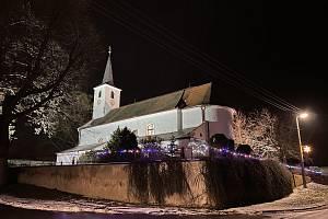 Vánoční výzdoba v obcích kolem Dukovan. Na snímku kostel v Horních Dubňanech Foto: Eva Fruhwirtová
