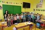 Děti z mikulovické školy učí paní učitelka Martina Hrůzová.