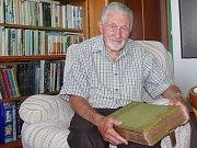 Josef Vlasák, sběratel historických fotografií Znojma a Podyjí, s albem, které stálo u začátku jeho sběratelského zájmu.